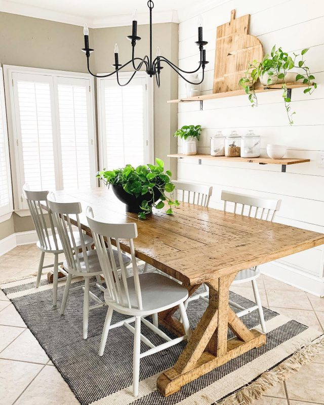 Happy Saturday! Starting off the new year clean and simple! Hope you have the best day!   #bhghome #shiplap #modernfarmhouse #farmhousestyle #interiors123 #homedecor #farmhouseinspired #farmhousedecor #neutraldecor #americanfarmhousestyle #prettylittleinteriors #fixerupper #countrylivingmagazine #mydecorvibe #currentdesignsituation #betterhomesandgardens #barndoor #diy #kitchen